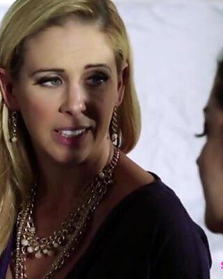 Krásné a nadržení lesbičky Sovereign Syre a Cherie Deville ve chvíli kurva