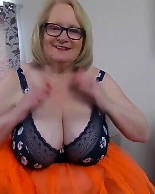 Tettona nonna ha una sorpresa sotto la sua gonna arancione
