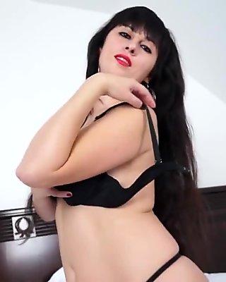 Milf sexy masturbarse en su cama