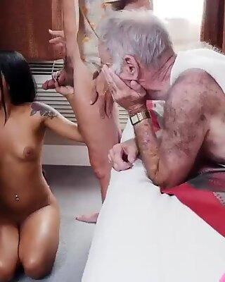 Vecchia staycation XXX in stile Doggy nonna con una tassa latina
