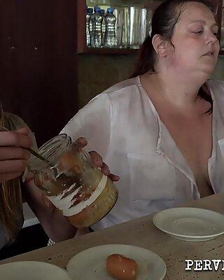 Перверзну породицу маторке прсата жена јебено у мотелу