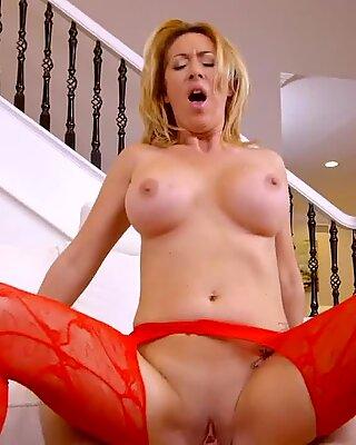 Прсата милф (мама коју бих јебао) у црвеном хеланке прцање