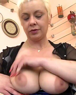 Slut nonna si scopa il culo