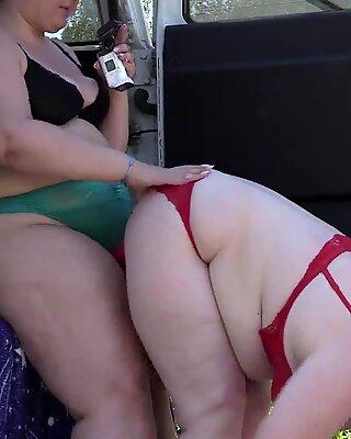 Voyeur spyding na dvou Tlunsté lesbičky, kteří dělají sexuální film v blízkosti Auto. Starší přítelkyně s velkými osly v Zákulisí. fetiš venku.