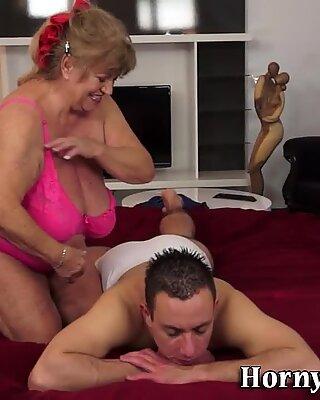 Massaggiatrice nonna ha spunked