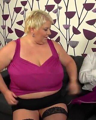 Obrovský prsa Starší mamina kurva a sání její Zadek off