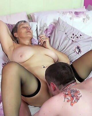Savana oldlove menikmati perhatian seks yang keras