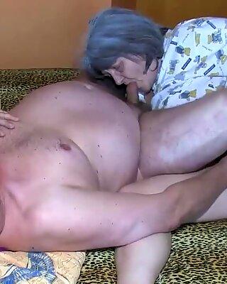 OldNanny Oldさんと祖父が若い女性と楽しんでいます