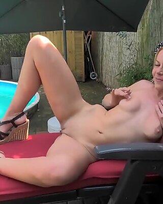 Geile Blondine besorgt es sich am Pool