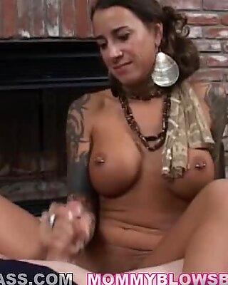 La calda mamma Mona Amore riceve una glassa di salsa cazzo sul viso