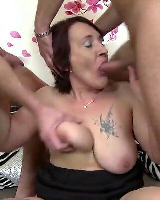 古い娼婦は若い肉を吸ってファック