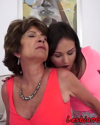Queening mature seduces young lesbo