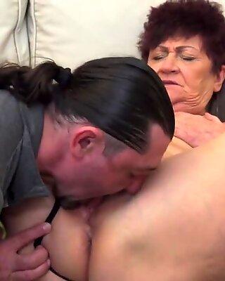 Сениор бака добија врло супер-врућ секс посету