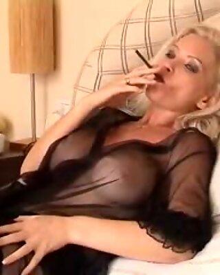 Супер-јебено-врућа плавуша жена кугуар пушење цигарета соло у женском доњем вешу и чарапа