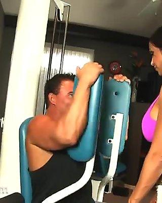 Фитнес милф (мама коју бих јебао) Јевес Јаде има хард сек у теретани