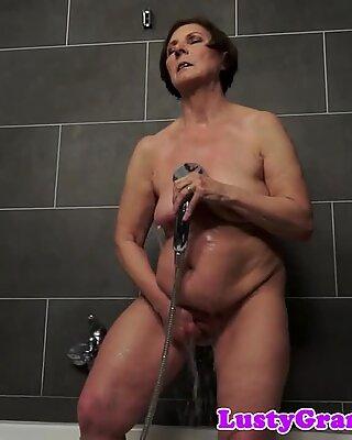 Montel matang sayang menyenangkan di bilik mandi