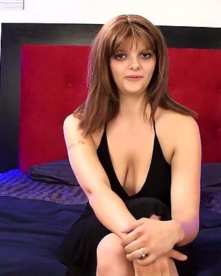 Big tietjes brunette amateur masturbeert en spuit