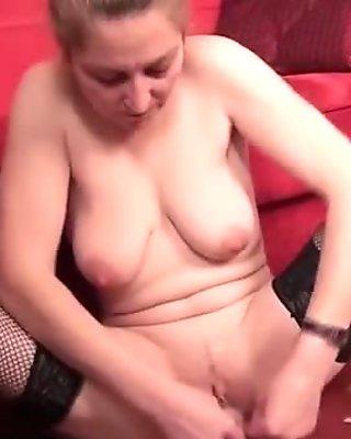 Horny mature mom enjoys the pleasure