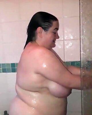 Wanita besar cantik isteri di bilik mandi dengan suami ayam jantan