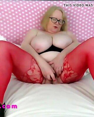 Бака у црвеној хленке стаклени дилдос њена пичка