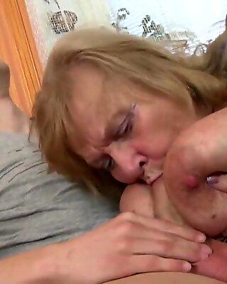 古いおばあちゃんは若い少年のコックを吸ってファック