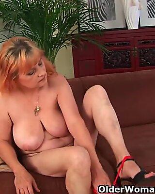 Pelosa nonna con Grandi Tette ha sesso da solista con un vibratore