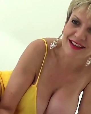 Cheating british mature lady sonia displays her big naturals