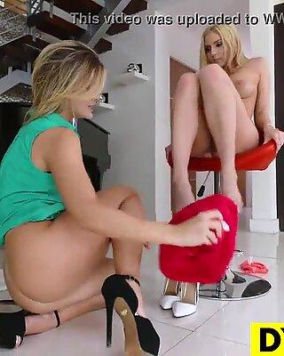 Deslumbrante lésbicas patrão seduzindo sua secretária