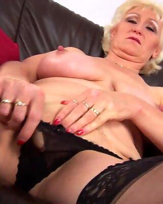 Прсата мама с први порно видео