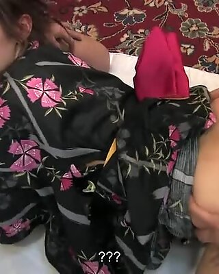 Азиатское кимоно милашка трахнули три чувака