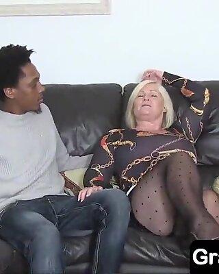 Бака ужива анални секс јебање са 18-годишњим црним унуком