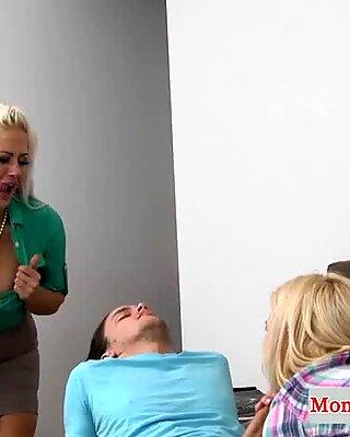 Matrigna troia dita adolescente mentre scopa